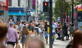 Leute, die in Oxford-Straße, der Hauptbestimmungsort von Londonern für den Einkauf gehen Konzept des modernen Lebens London Stockfoto