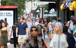 Leute, die in Oxford-Straße, der Hauptbestimmungsort von Londonern für den Einkauf gehen Konzept des modernen Lebens London Stockfotografie