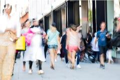 Leute, die in Oxford-Straße, der Hauptbestimmungsort von Londonern für den Einkauf gehen Konzept des modernen Lebens London Lizenzfreie Stockfotos