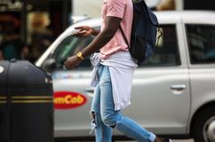 Leute, die in Oxford-Straße, der Hauptbestimmungsort von Londonern für den Einkauf gehen Konzept des modernen Lebens London Stockfotos