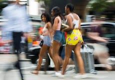 Leute, die in Oxford-Straße, der Hauptbestimmungsort von Londonern für den Einkauf gehen Konzept des modernen Lebens London Lizenzfreie Stockbilder