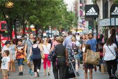 Leute, die in Oxford-Straße, der Hauptbestimmungsort von Londonern für den Einkauf gehen Konzept des modernen Lebens London Stockbilder