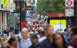 Leute, die in Oxford-Straße, der Hauptbestimmungsort von Londonern für den Einkauf gehen Konzept des modernen Lebens London Lizenzfreie Stockfotografie