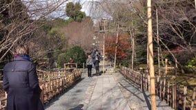 Leute, die am Park in Nagoya, Japan gehen stock footage