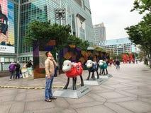Leute, die am Park nahe Gebäude Taipehs 101 in Taipeh genießen Stockfoto