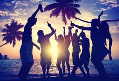 Leute, die Partei durch den Strand genießen Lizenzfreie Stockbilder