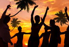 Leute, die Partei durch den Strand genießen Lizenzfreies Stockfoto
