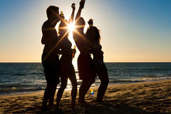 Leute, die Partei am Strand mit Getränken haben Stockbild