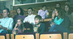 Leute, die Popcorn im Kino essen Lizenzfreie Stockfotos
