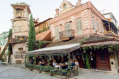 Leute, die am Restaurant innerhalb berühmten Rezo Gabriadze Marionette Theaters sitzen Lizenzfreies Stockbild