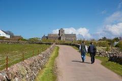 Leute, die in Richtung zu Iona Abbey Scotland Großbritannien auf der schottischen Insel weg von der Insel von Mull Schottland geh Stockfotografie