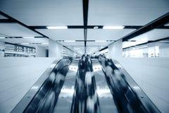 Leute, die Rolltreppe verwenden Stockfotos