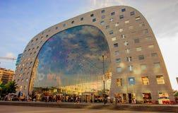 Leute, die Rotterdam-` s an Markthalle Hall Markthal, an einer Markthallehalle und am Appartementkomplex, die Niederlande, Europa lizenzfreie stockbilder