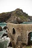 Leute, die San Juan de Gaztelugatxe, baskisches Land, Spanien besichtigen Lizenzfreies Stockbild