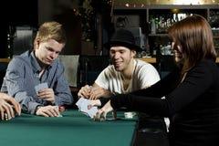 Leute, die Schürhaken um Tabelle spielen Lizenzfreie Stockfotografie