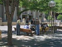 Leute, die Schach in im Stadtzentrum gelegenem Denver, Colorado sich entspannen und spielen stockfotos