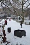 Leute, die Schnee am Hampstead Heide, London genießen Stockfoto