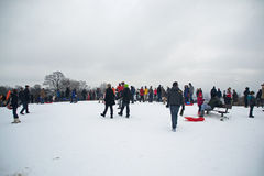 Leute, die Schnee am Parlaments-Hügel, London genießen Stockfotos