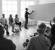 Leute, die Seminar-Büro-Konzept treffen stockfotos