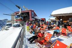 Leute, die sich im Restaurant auf den Schweizer Alpen entspannen Stockbilder
