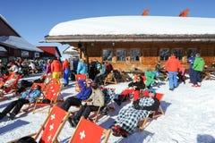 Leute, die sich im Restaurant auf den Schweizer Alpen entspannen Lizenzfreie Stockfotografie