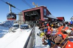 Leute, die sich im Restaurant auf den Schweizer Alpen entspannen Stockbild