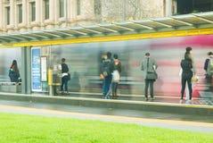 Leute, die sich vorbereiten, Adelaide-Tram zu verschalen Stockfotos