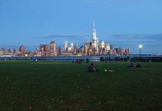 Leute, die in Sinatra-Park, Hoboken sich entspannen stockbild