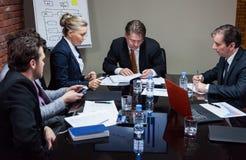 Leute, die Sitzung im Büro haben Lizenzfreies Stockfoto