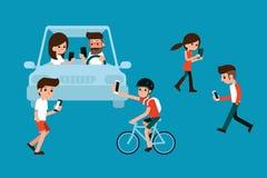 Leute, die Smartphones beim Gehen und Fahren verwenden Lizenzfreies Stockbild