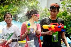 Leute, die Songkran feiern Lizenzfreie Stockbilder