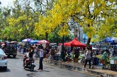 Leute, die Songkran feiern (thailändisches Festival des neuen Jahres/Wasser) in den Straßen Lizenzfreie Stockfotografie