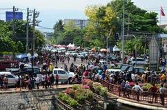 Leute, die Songkran feiern (thailändisches Festival des neuen Jahres/Wasser) in den Straßen Lizenzfreie Stockfotos
