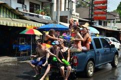 Leute, die Songkran feiern (thailändisches Festival des neuen Jahres/Wasser) in den Straßen Stockbild