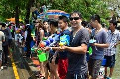 Leute, die Songkran-Festival feiern Stockfoto