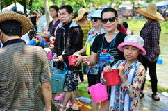 Leute, die Songkran-Festival feiern Lizenzfreies Stockbild