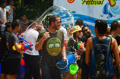 Leute, die Songkran oder Wasserfestival feiern Lizenzfreie Stockfotografie