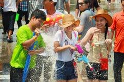 Leute, die Songkran oder Wasserfestival feiern Stockbilder
