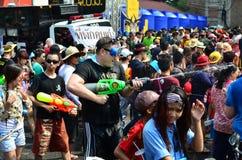 Leute, die Songkran (thailändisches, feiern Festival des neuen Jahres/Wasser) Lizenzfreie Stockfotos