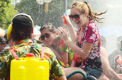 Leute, die Songkran-Wasserfestival feiern Stockfoto