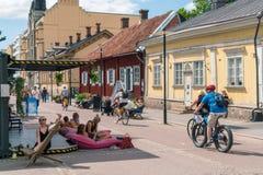 Leute, die sonnigen Sommertag in Turku, Finnland genießen stockfotografie