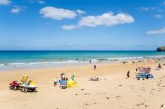 Leute, die Spaß auf einem Sand-Strand in Cornwall haben lizenzfreies stockbild