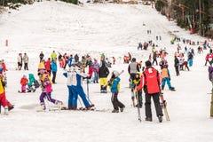 Leute, die Spaß auf Snowy-Gebirgshimmel-Erholungsort haben Lizenzfreie Stockbilder