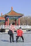 Leute, die Spaß mit dem Sledging auf Eis in Nanhu-Park, Changchun, China haben Stockfotos