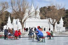 Leute, die Spaß mit dem Sledging auf Eis in Nanhu-Park, Changchun, China haben Lizenzfreie Stockfotos