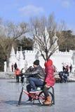 Leute, die Spaß mit dem Sledging auf Eis in Nanhu-Park, Changchun, China haben Stockbild