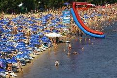 Leute, die Spaß am Strand ein Sonnenbad nehmen und haben Stockfoto