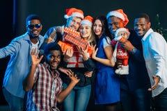 Leute, die Spaß am Weihnachtsfest haben lizenzfreies stockbild