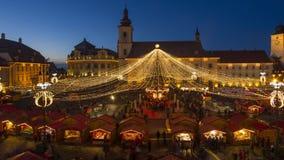Leute, die Spaß am Weihnachtsmarkt in Sibiu, Rumänien haben stock footage