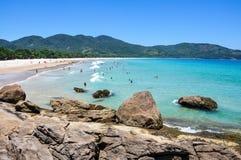 Leute, die Sprünge Mendes-Strand, Rio, Brasilien genießen. Südamerika. stockfotos